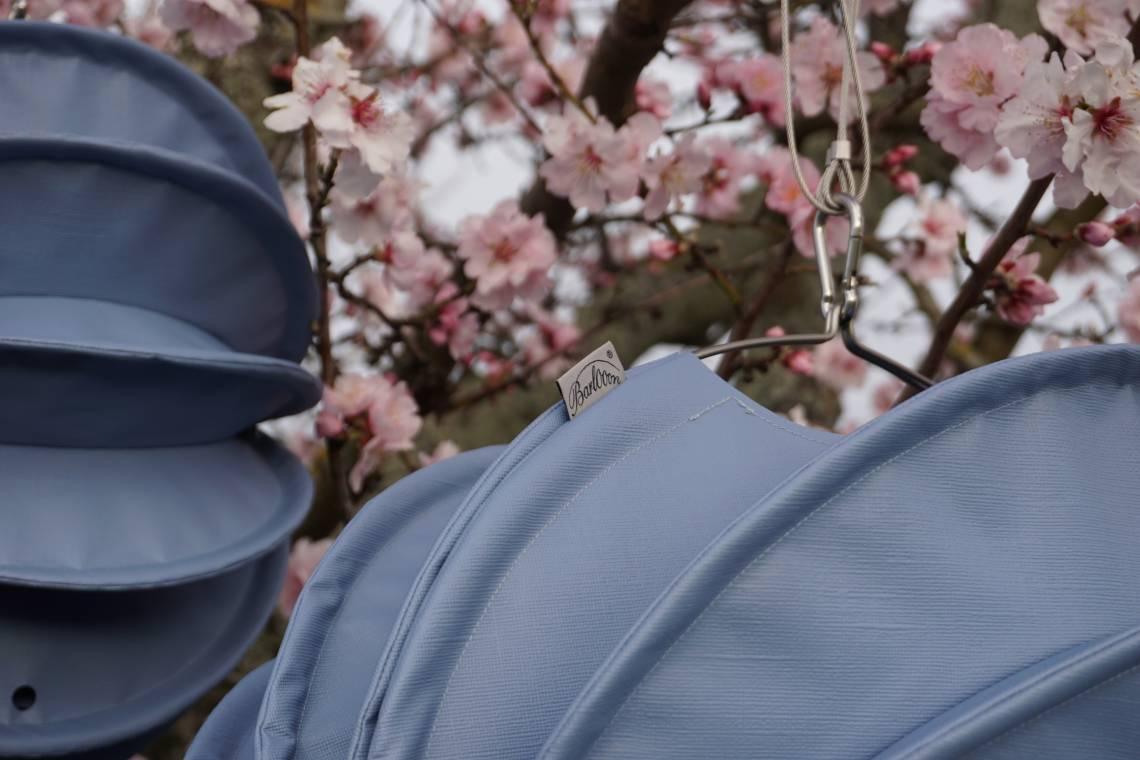 Barlooon – wetterfester Outdoor-Lampion TAUBENBLAU  im blühenden Baum