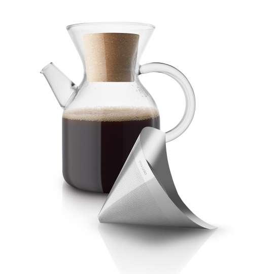 Eva Solo Pour over coffee maker mit Kaffee gefüllt und liegendem Filter