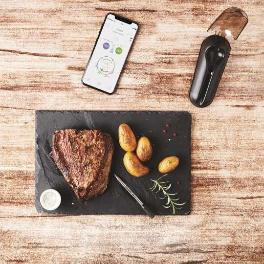 Mastrad MEATIT+ F74380 Freisteller Set geöffnet, mit Handy-App und Spieß neben dem Steak