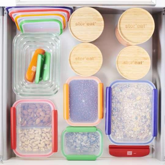 Mastrad Aufbewahrungsboxen & Gläser geschlossen gestapelt farbig sortiert im Schrank F93xxx