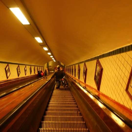 Holz-Rolltreppe im Sint Anna Tunnel