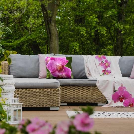Kissen und Decken über Gartenlounge