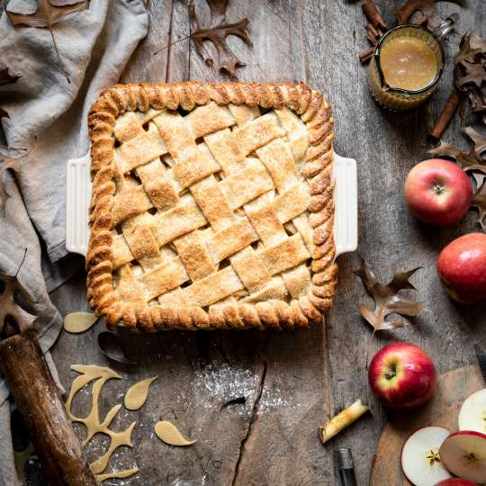 Le Creuset - Farm Fresh - Deep Dish Apple Pie mit gesalzener Buttertoffeesosse