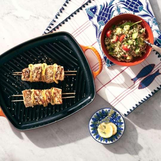 Le Creuset Grillplatte Signatur mit Fisch-Kebabs