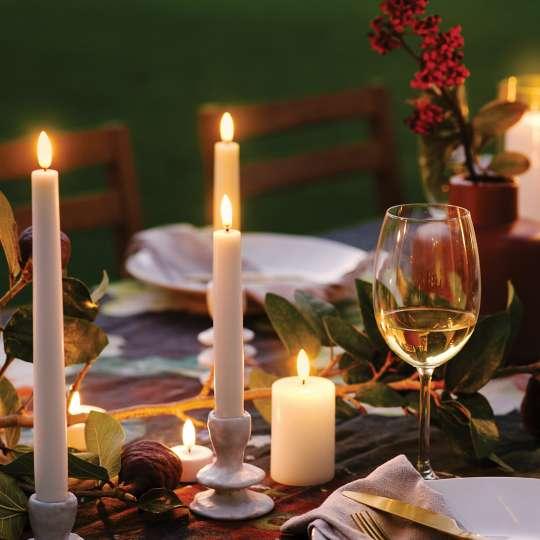 PIFFANY  LED-Kerzen beim gedeckter Tisch am Abend