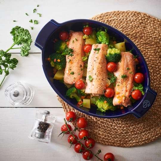 Peugeot Saveurs - Appolia - ovale Auflaufform tiefblau - Fisch mit Gemüse