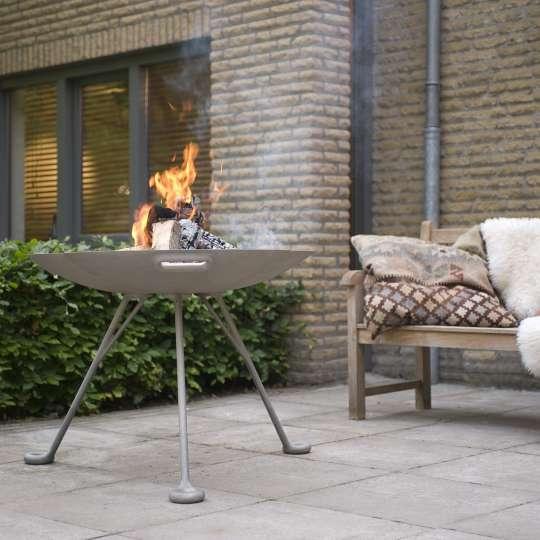 RB73 Lotus Feuerschale auf der Terrasse
