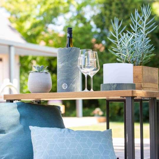 Weinkühler aus Marmor auf dem Gartentisch