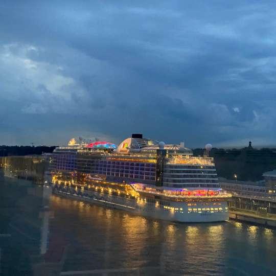 Sail Away Hamburg & vorbei an AIDAperla
