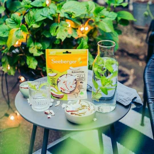 Seeberger - Kokoschips mit Wasserkaraffe