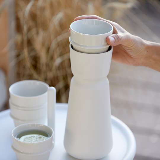 Zone - INU Karaffe mit Tasse - Tasse herausnehmen - Hand