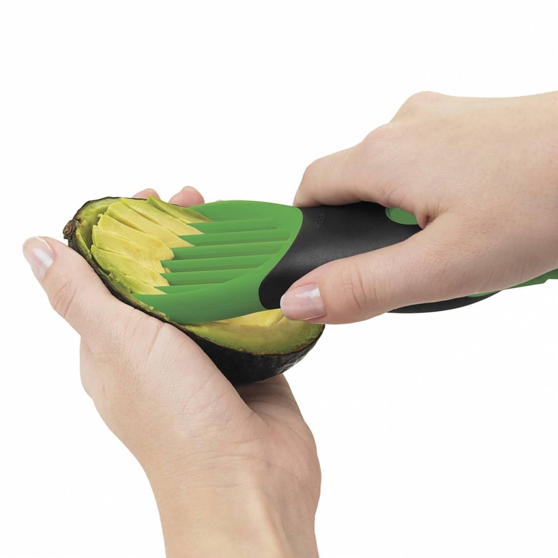 OXO 3-in1-Avocadoschneider grün Anwendung 4