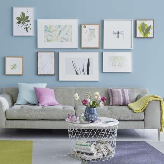 Bilderrahmen schön arrangiert über ein Sofa