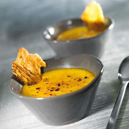 Crème brûlée mit Kürbis und Parmesanchips