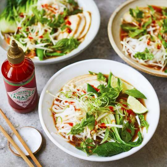 Chicken Pho mit TABASCO® Sriracha Sauce