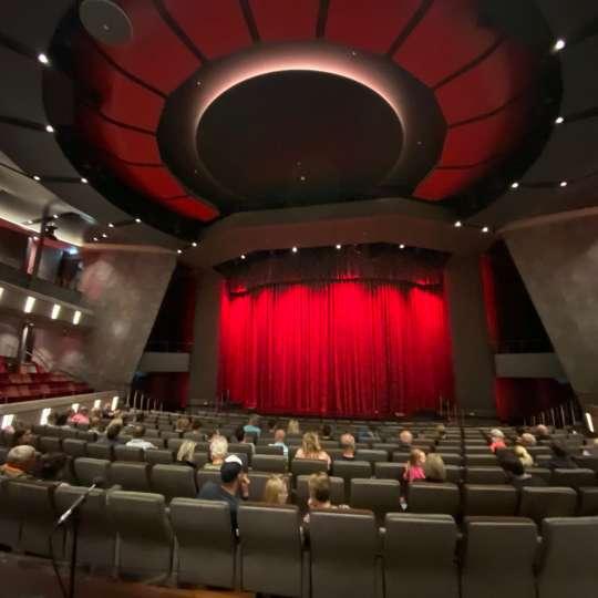Die Gäste werden mit Abstand platziert - Theater der MEIN SCHIFF 2