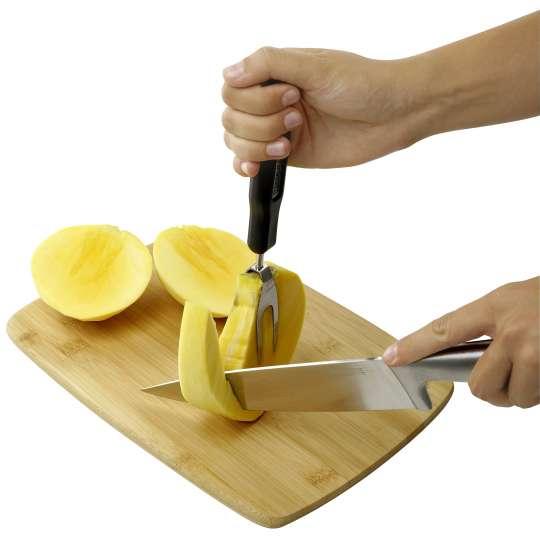 Fackelmann: Mango entlang der Mangogabel zerteilen