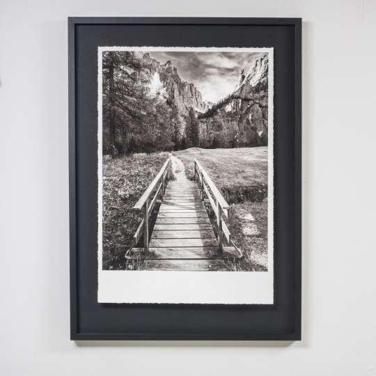 """Schwarzweiß-Bilder bzw. sehr dunkle Bilder sehen hervorragend mit einem schwarzen Passepartout und schwarzem Rahmen aus. Ein weißes Passepartout würde dem Motiv das """"Besondere"""" nehmen."""