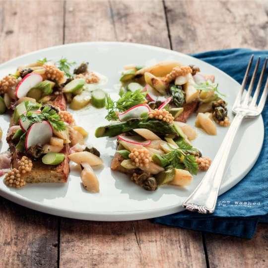 Gebratener Spargelsalat mit Orangen-Estragon-Vinaigrette und Knoblauchbaguette