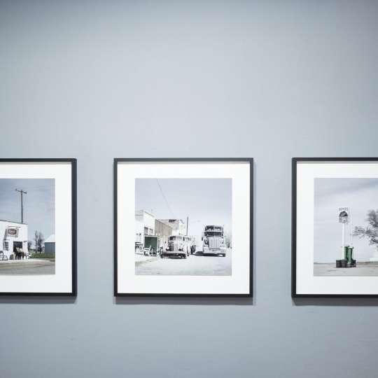 Die Wandfarbe sollte sich in den Kunstobjekten widerspiegeln – diese hat die Ten Galerie hervorragend für die Ausstellung ONE WAY mit den Fotografien von Andrea Klein und Ralf Müller umgesetzt.