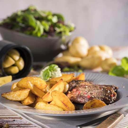 GEFU Knusprige Mini-Wedges mit Entrecôte-Steaks und Basilikumdip