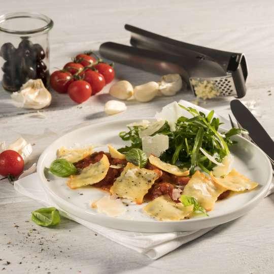 Ravioli mit Oliven-Knoblauch-Füllung auf Tomatensugo und Rucola