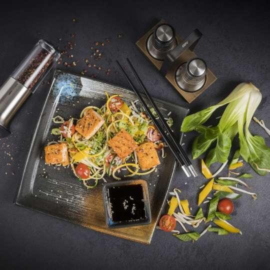 Asiatische Gemüse-Reis-Pfanne mit Lachswürfeln und Szechuanpfeffer / Bild 1