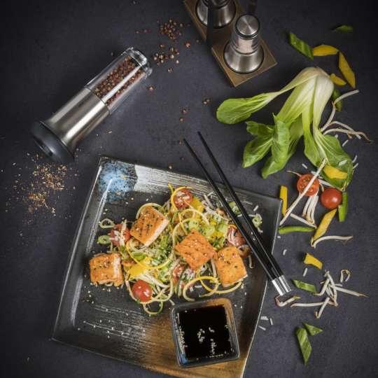 Asiatische Gemüse-Reis-Pfanne mit Lachswürfeln und Szechuanpfeffer / Bild 2