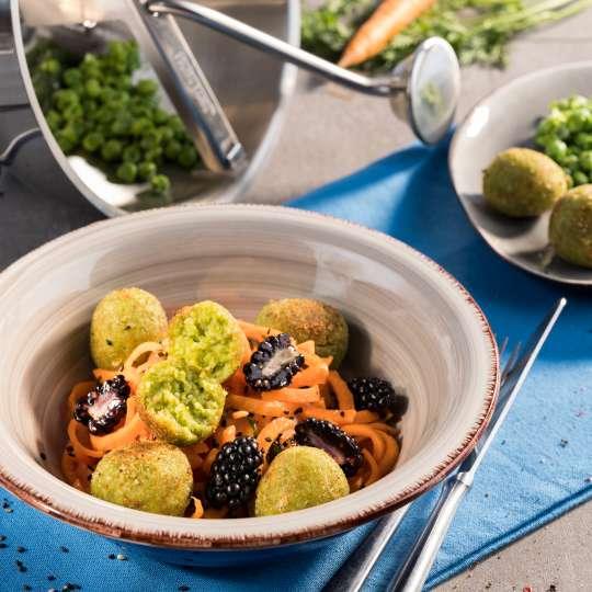 Cous Cous-Erbsen-Bällchen auf Karotten-Brombeersalat