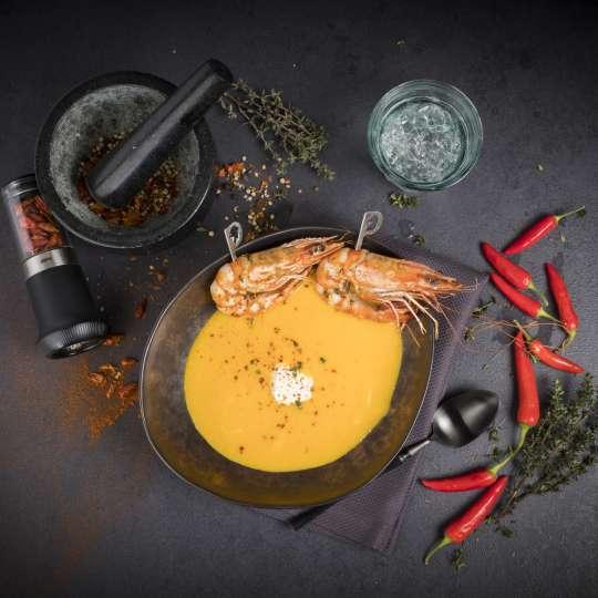 Karotten-Chili-Suppe mit gebratener Riesengarnele / Bild 1