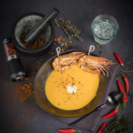 Karotten-Chili-Suppe mit gebratener Riesengarnele / Bild 2