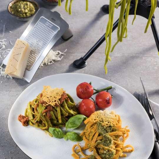 Tagliatelle mit verschiedenfarbigem Pesto