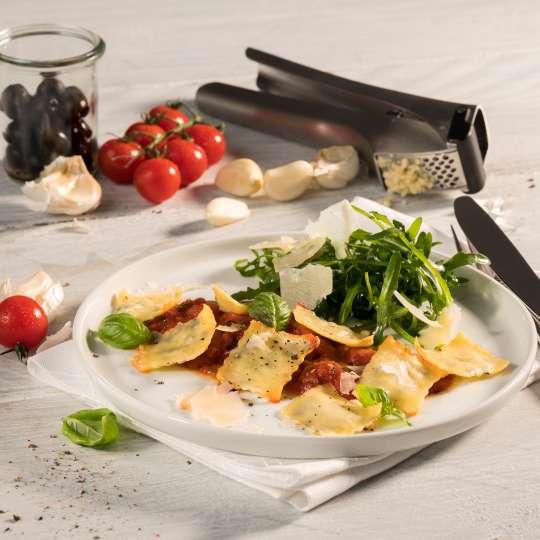 Ravioli mit Oliven-Knoblauch-Füllung auf Tomatensugo und Rucola von GEFU