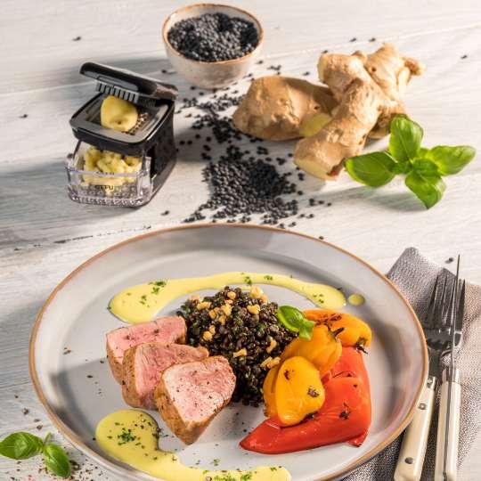 Schweinefilet auf schwarzen Linsen mit Knoblauch-Curry-Sauce und gebackener Spitzpaprika von GEFU