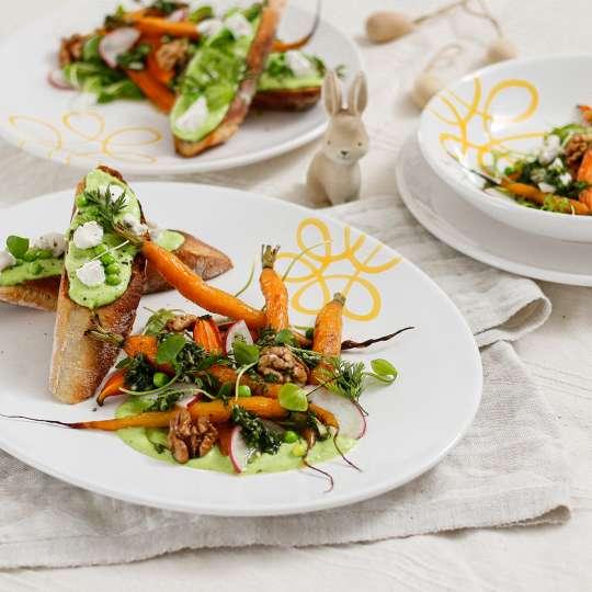 Frühlings-Bruschetta mit Erbsencreme und Ziegenkäse  & Röstkarotten-Salat mit Kräuter-Vinaigrette und karamellisierten Walnüsse