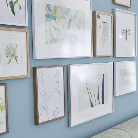 Zu modernen Räumen wirken helle Kunstwerke auf Wänden in Pastelltönen sehr edel, wenn sie weiß bzw. in hellen Hölzern gerahmt sind.