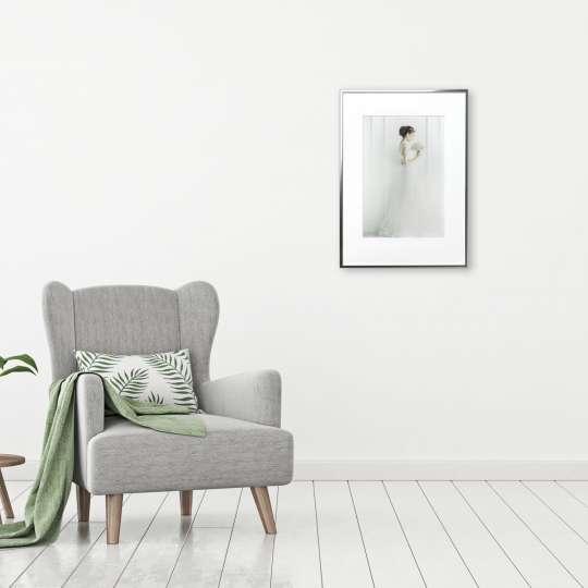 Einen Hauch von Luxus verbreiten helle Motiv, Aquarelle oder Grafiken, wenn sie mit einem silber-, gold- oder chromfarbigen Rahmen auf einer weißen Wand aufgehängt werden.