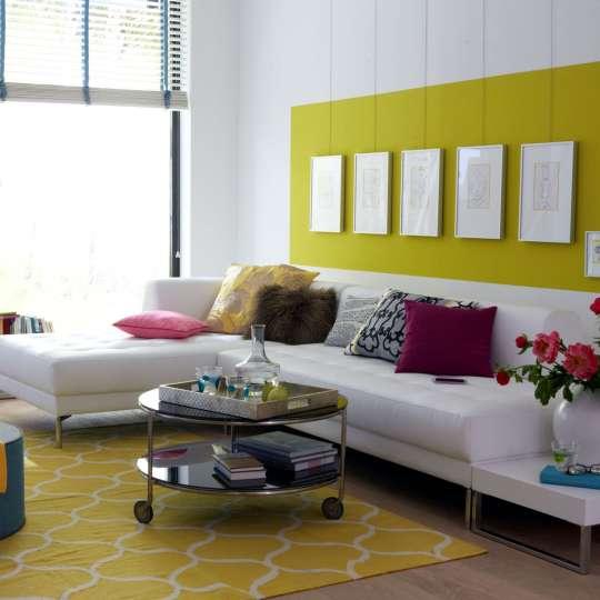Ein farbig gestrichener Wandbereich kann wie ein Passepartout angelegt werden, auf dem besonders helle Bilder noch besser zur Geltung kommen. Die Wandfarbe sollte sich aber in den Bildern widerspiegeln.