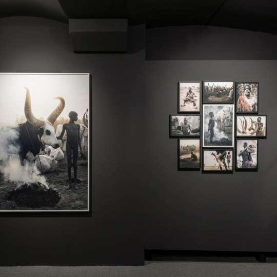 Farbig gestrichene Wandflächen sind ein ideales Werkzeug, um nicht nur die Wirkung von Räumen zu verändern, sondern auch einem besonderen Schwarzweiß-Bild eine Bühne zu verschaffen (Beispiel: Ausstellung von Gian Giovanoli).