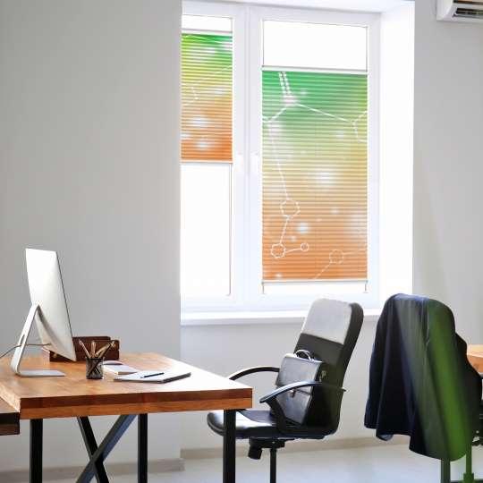 Plissees sind flexible Multitalente für kleine Fensterfronten - sie lassen sich stufenlos im Fenster bewegen und stellen eine echte Alternative zum Rollo dar.