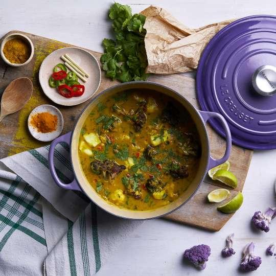 Le Creuset Fischcurry im Ultra violetten Bräter