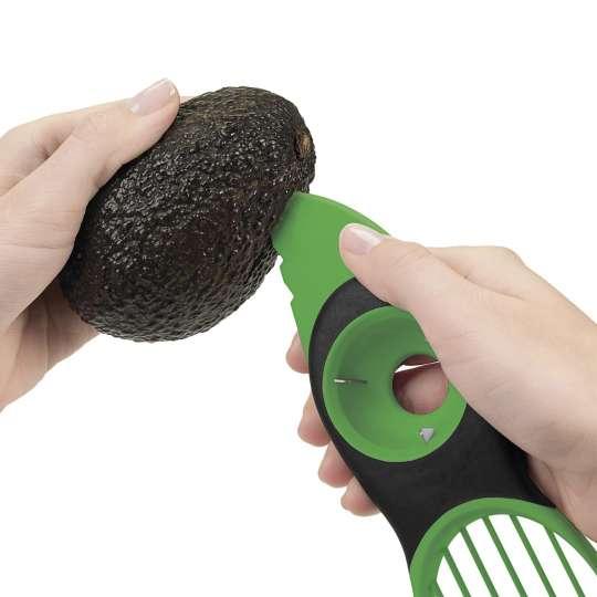 OXO 3-in1-Avocadoschneider grün Anwendung 1