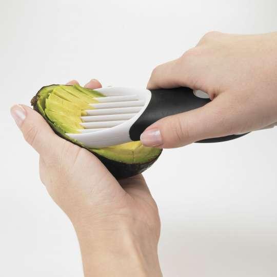 OXO 3-in1-Avocadoschneider weiß Anwendung 3