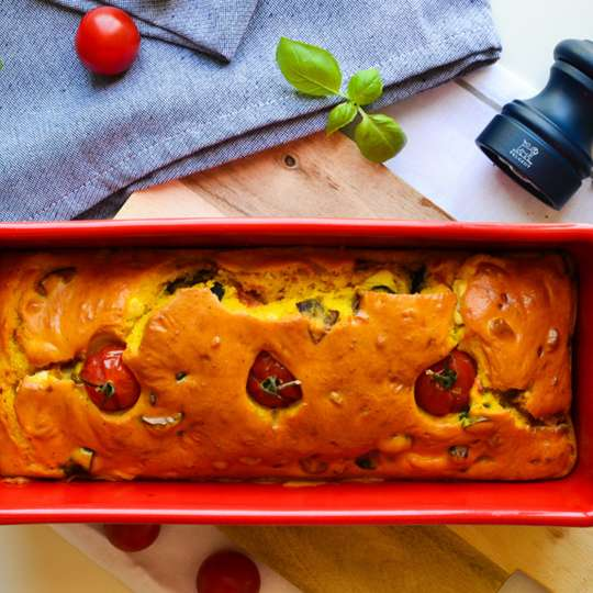 Mediterraner Gemüsekuchen mit Auberginen, Kirschtomaten und Feta-Käse