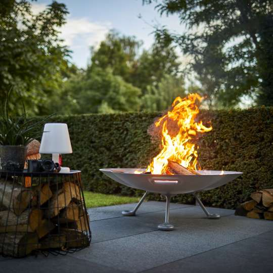 RB73 gemütlich auf der Terrasse mit der Lotus-Feuerschale