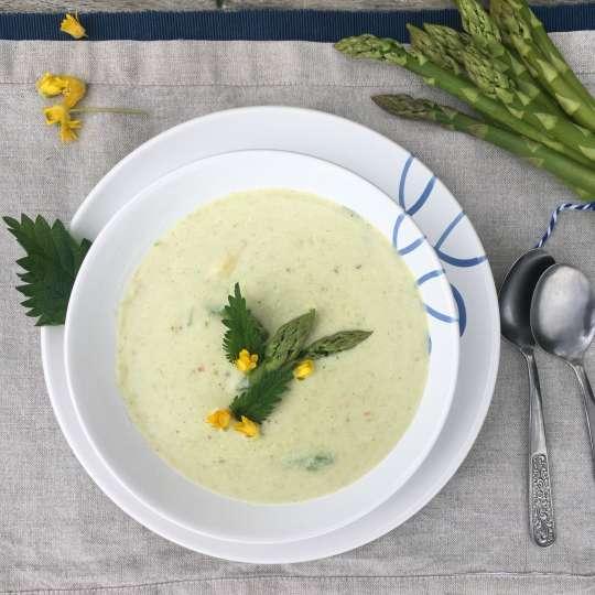 Spargelcremesuppe mit Brennnessel und Blütendeko