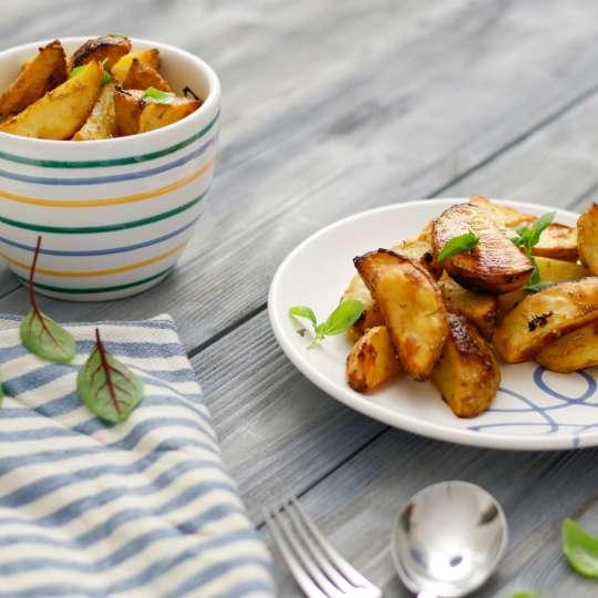 Fisch mit Tomaten-Pinienkern-Kruste, Avocado-Zoodles und den besten Ofenkartoffeln - Gmundner Keramik