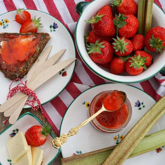 Gmundner Keramik:  Liebevolle Unikate mit Streublumendekor, Mood Erdbeeren 2