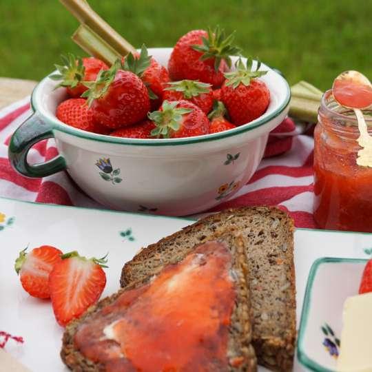 Gmundner Keramik:  Liebevolle Unikate mit Streublumendekor, Mood Erdbeeren 3