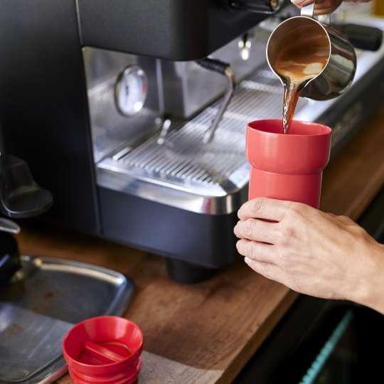 Mepal: Reisebecher wird mit Kaffee befüllt